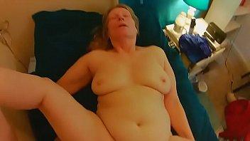 Утренний жахач с миловидной блондинкой на светлом диванчике