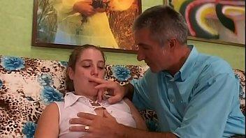 Латино-американка выбирает молодого молодого человека с крупным хуем и приседает ему на мордашку на гулянке
