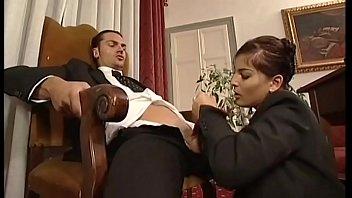 Курьер подсмотрел за мастурбацией секретарши и вдул ей по самые яички
