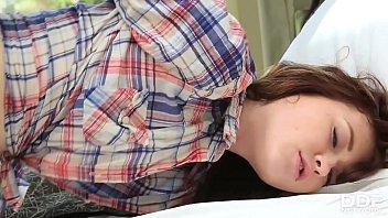 Брюнетка с пирсингом слизала два хуезаменителя и приняла один из них в очко
