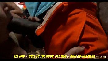 Двое парней чпокают зрелую шалаву в красном юбочке