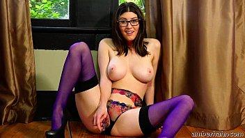 Молодая модель на порно отборе показывает свою розовенькую дырочку