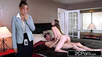 Первокурсница ласкает свою задницу заместо занятий