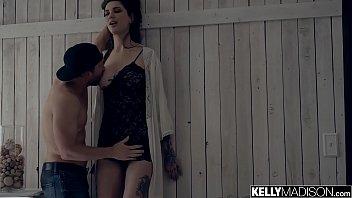 Мускулистый парень заценил достойное тело красавицы и создал ее на член