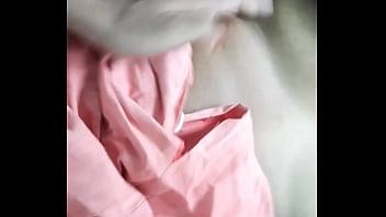Две лезбиянки с обнаженными дойками развратно целуются на кушетке
