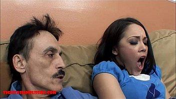 Темноволосая супруга насаживается большой жопой на член парня