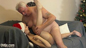 Женщина старательно сосёт длинный фаллос в сцене домашнего минета
