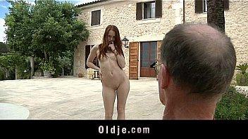 Косплеерша поднимает юбочку повыше во времячко порно с корешом
