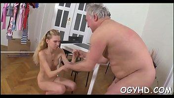 Пикапер азиат раздвинул молодую деваху на секс с помощью массажа