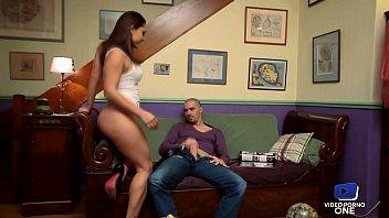 Беременная девчушка активно мастурбирует половую щелочку