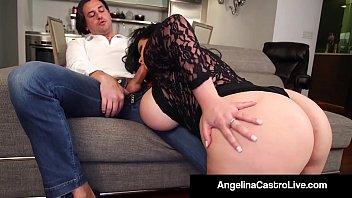 Сексуальная зрелая брюнетка с сочной попой и в коротком юбченке мастурбирует киску перед камерой