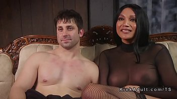Молодая пара занимается традиционным и анально-вагинальным сексом на кровати