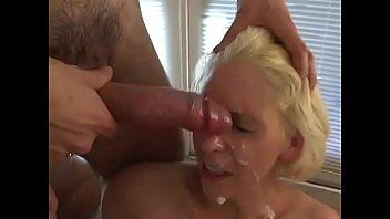 Самец наслаждается минетом и вгоняет хуй в анально-вагинальную щель блондинки коттеджа