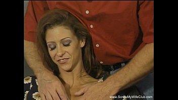 Татуированная девушка с пирсингом в носу показывает большие сисяндры