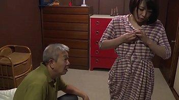 Очкастая мадам с крупный дойкой раздевается и онанирует перед вебкой
