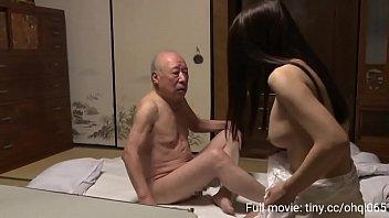 Мускулистый парень одобряет анилингус от брюнетки и трахает ее в мокрощелку